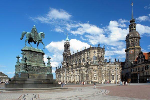 Denkmal für König Johannes von Sachsen, katholische Kirche und Dresdner Schloss, Dresden, Deutschland