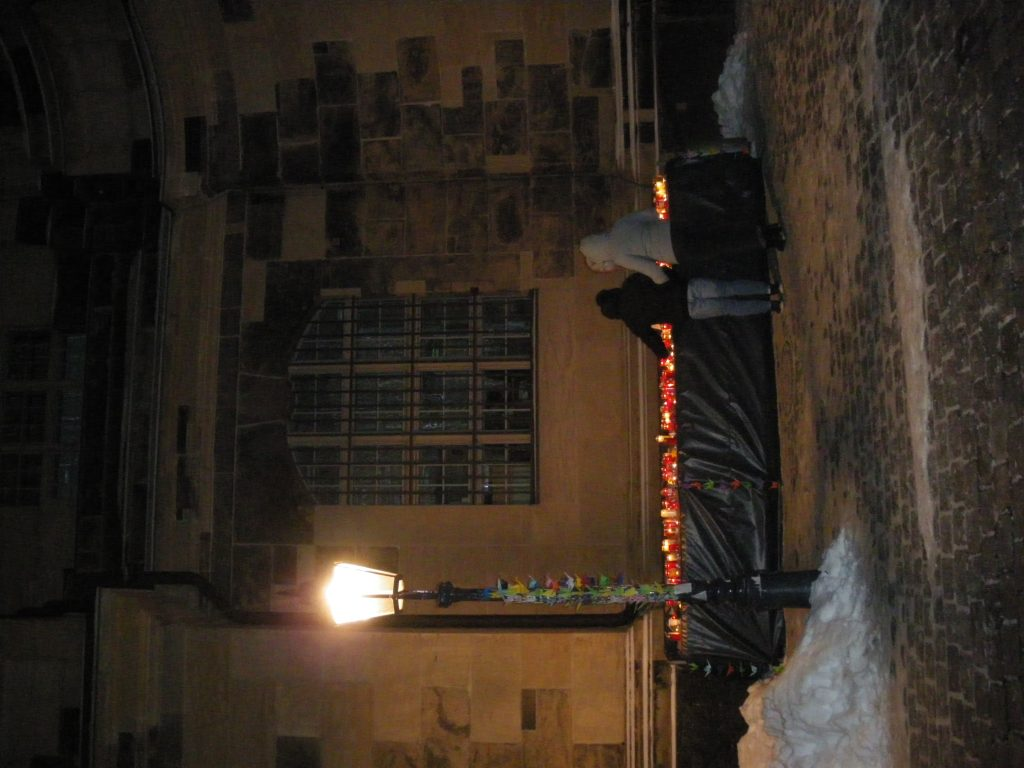 IMGP0338-Kerzenbank vor der Westseite13.02.2021-ca 22-15 uhr